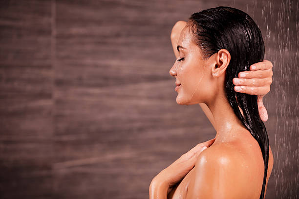 godersi una doccia. - lavarsi i capelli foto e immagini stock