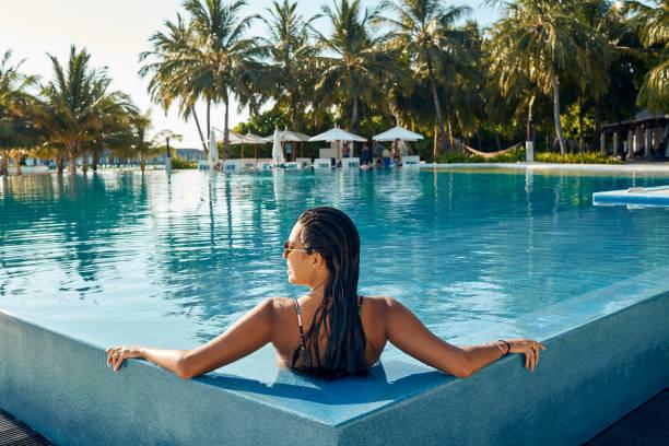 ciesząc się na basenie - kurort turystyczny zdjęcia i obrazy z banku zdjęć