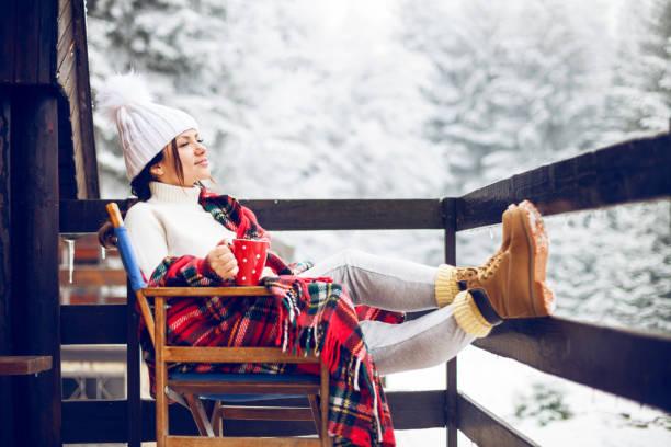 genießen sie schöne wintertag - veranda decke stock-fotos und bilder