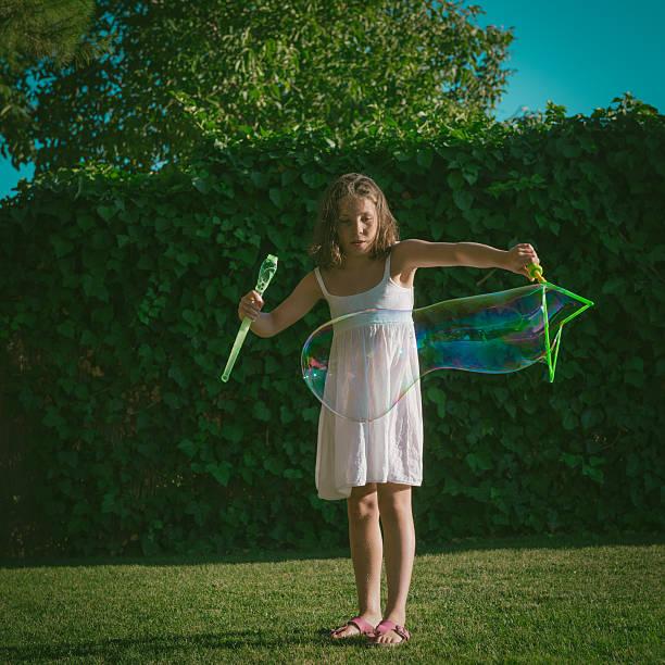 genießen sie große soap bubbles - riesen seifenblasen zauberstäbe stock-fotos und bilder
