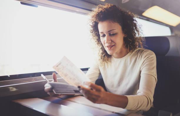 Genießen Business-Travel-Konzept. Junge schöne Brünette touristische Mädchen Reisen im Zug sitzen am Fenster mit Smartphone, Ticket Händchenhalten. – Foto