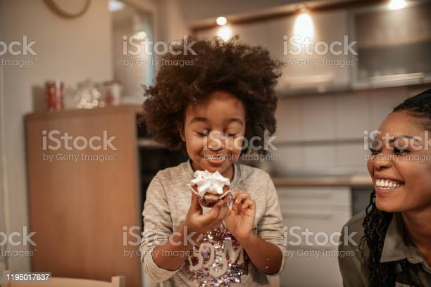 Enjoying Christmas Sweets - Fotografias de stock e mais imagens de 4-5 Anos