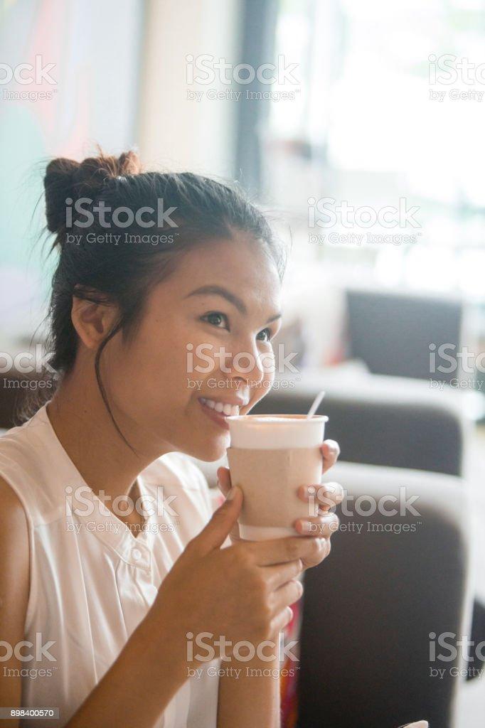 Appréciant le café pour aller - Photo