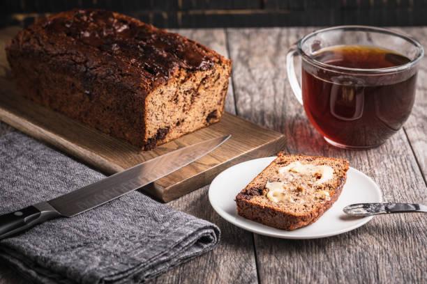 kaffeegenuss mit einer scheibe paleo frei getreide und zucker bananenbrot - paleo kuchen stock-fotos und bilder
