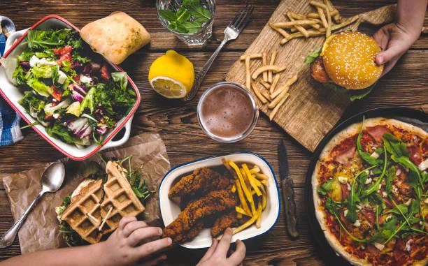 akşam yemeği keyfi - burger and chicken stok fotoğraflar ve resimler