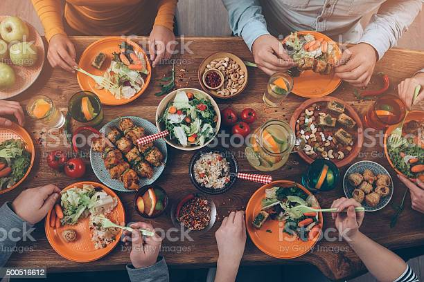 Genießen Sie Ein Abendessen Mit Freunden Stockfoto und mehr Bilder von 2015