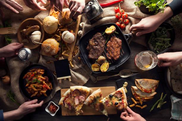 Desfrutar de um jantar com amigos - foto de acervo