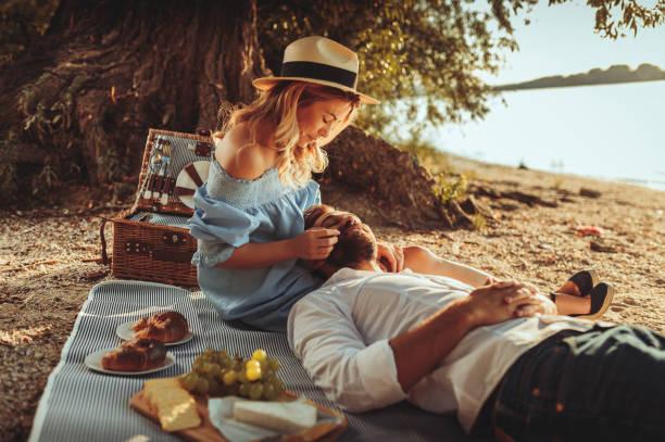 """genießen sie jeden augenblick zu zweit """" - romantisches picknick stock-fotos und bilder"""