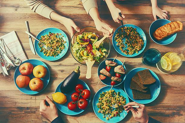 famiglia godendo la cena - slow food foto e immagini stock