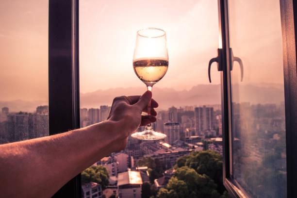 Ein Glas Wein durch Fenster genießen – Foto