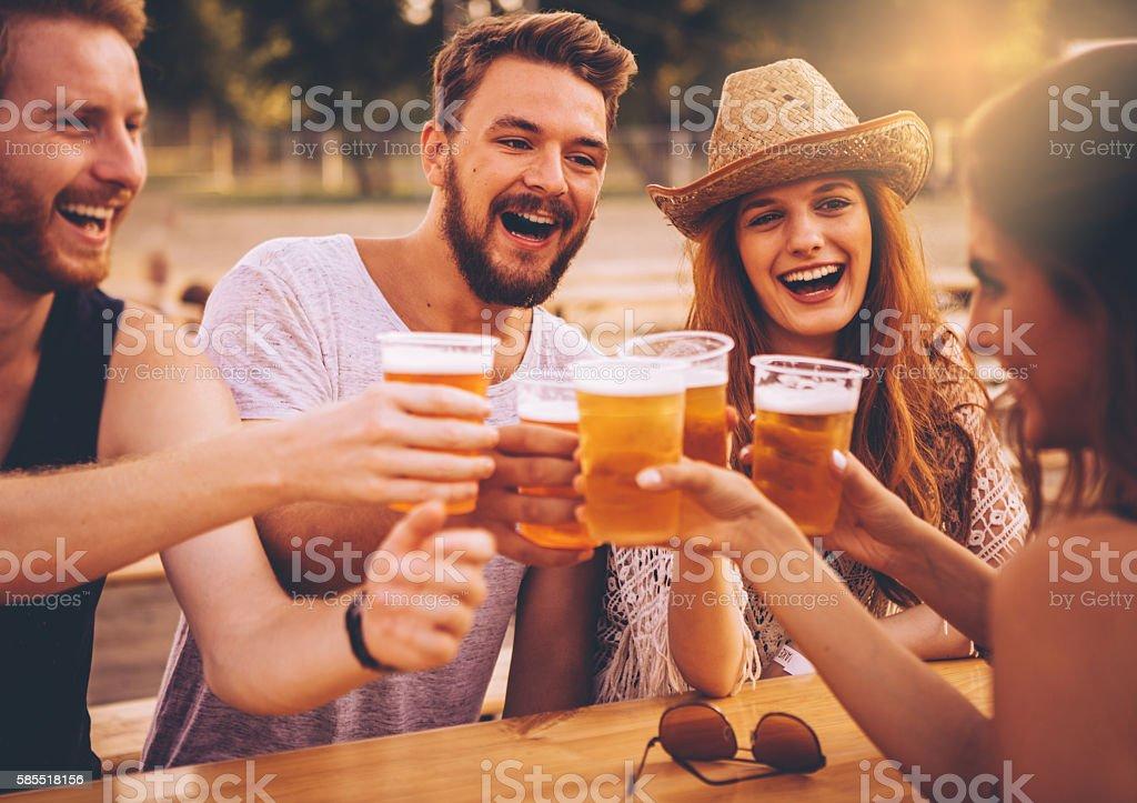 Enjoying good company and beer - foto stock