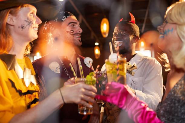 halloween-party im nachtclub genießen - bier kostüm stock-fotos und bilder