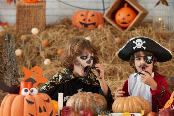 genießen halloween treats - piratenparty snacks stock-fotos und bilder