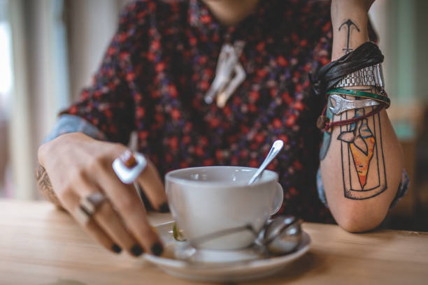genießen sie im cafe - kaffeetasse tattoo stock-fotos und bilder