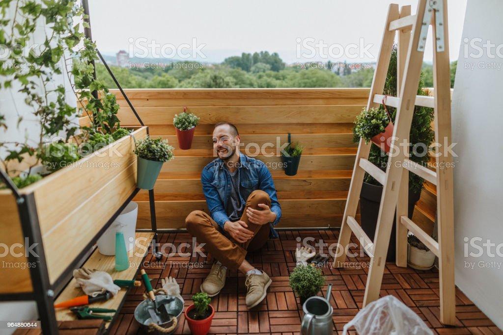Genießen Sie in einem kleinen Garten – Foto