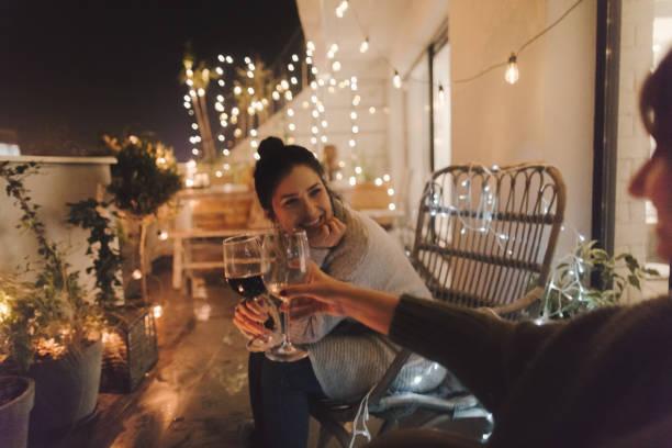 良いワインと偉大な会社に楽しんで - シンプルな暮らし ストックフォトと画像