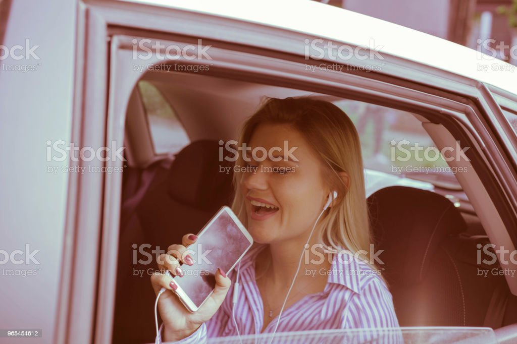 Appréciant en voyage sur la route. - Photo de Adulte libre de droits
