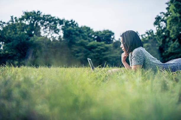 公園でお楽しみいただけます。 - 大学生 パソコン 日本 ストックフォトと画像