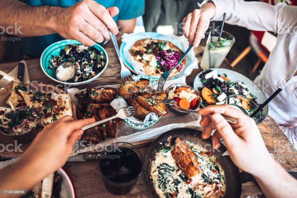 Profiter de déjeuner avec des amis - Photo de Activité avec mouvement libre de droits