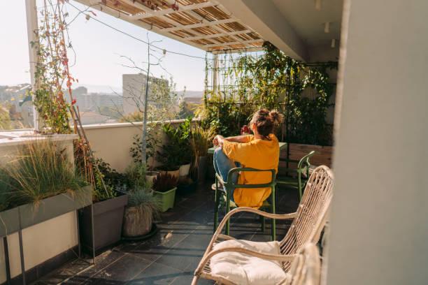 godendo di fogliame lussureggiante sul mio balcone - abbronzarsi foto e immagini stock