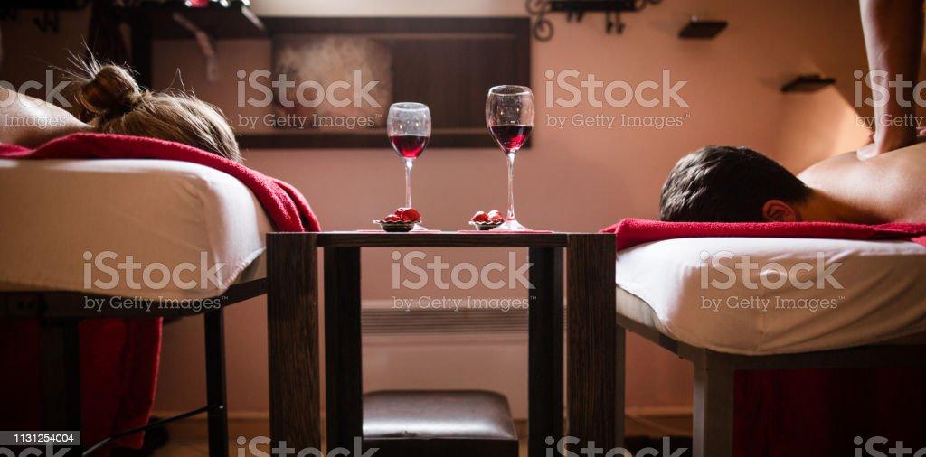 Massage und Wein genießen – Foto