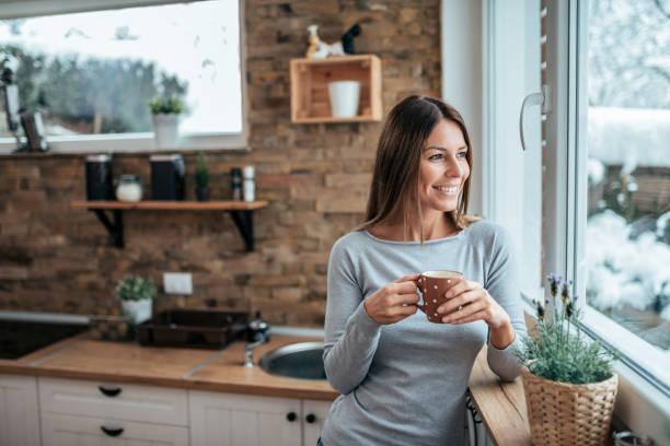 Disfrutando de café por la mañana en casa. - foto de stock
