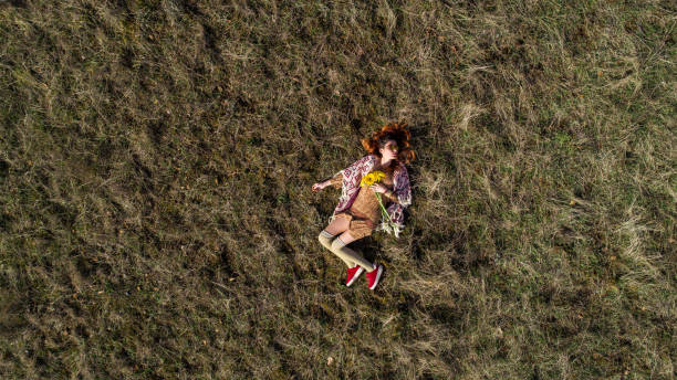 genießen sie natur meinen weg - hippie kostüm damen stock-fotos und bilder