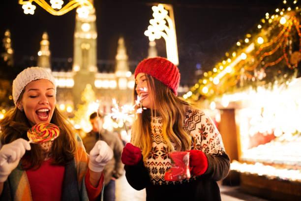 genießen sie auf dem weihnachtsmarkt - christkindlmarkt stock-fotos und bilder