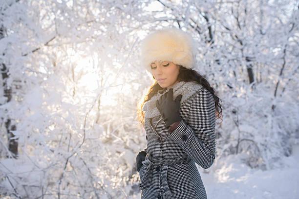 enjoying sharp mountain air - gute winterjacken stock-fotos und bilder