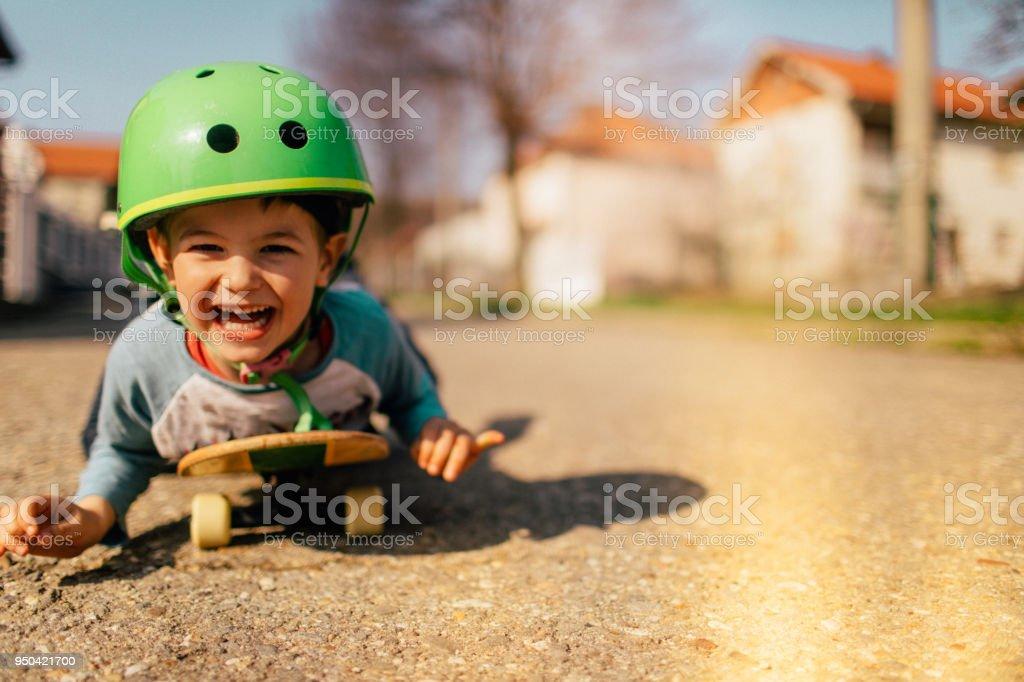 Aproveitando o passeio de skate - foto de acervo
