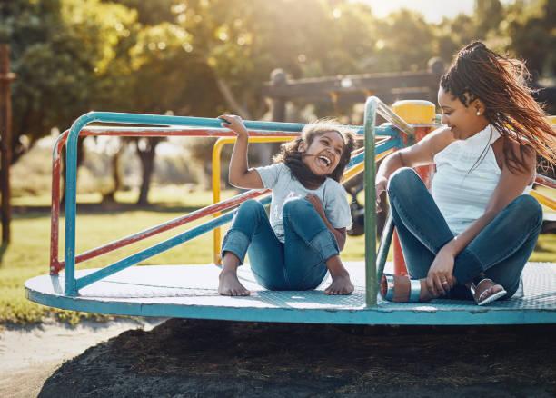 genieten van een time-out van de kwaliteit in de mooie zon - speeltuin stockfoto's en -beelden