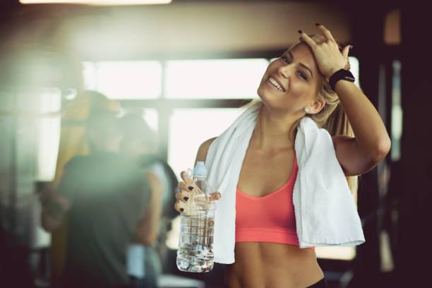 njut av förfriskningar efter gymmet. - gym bildbanksfoton och bilder