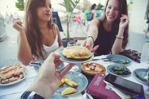 genießen sie spanische tapas - spanisches essen stock-fotos und bilder