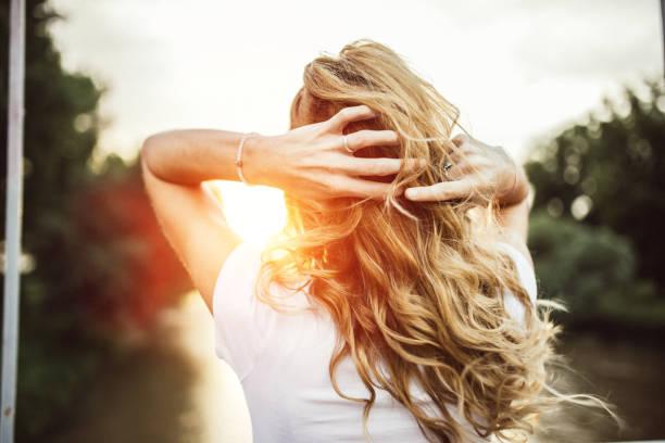 disfruta de la puesta de sol - chica rubia espaldas fotografías e imágenes de stock