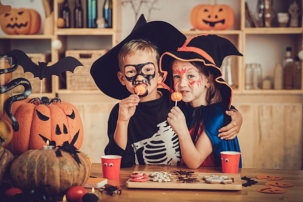 genießen sie süßigkeiten - halloween party lebensmittel stock-fotos und bilder