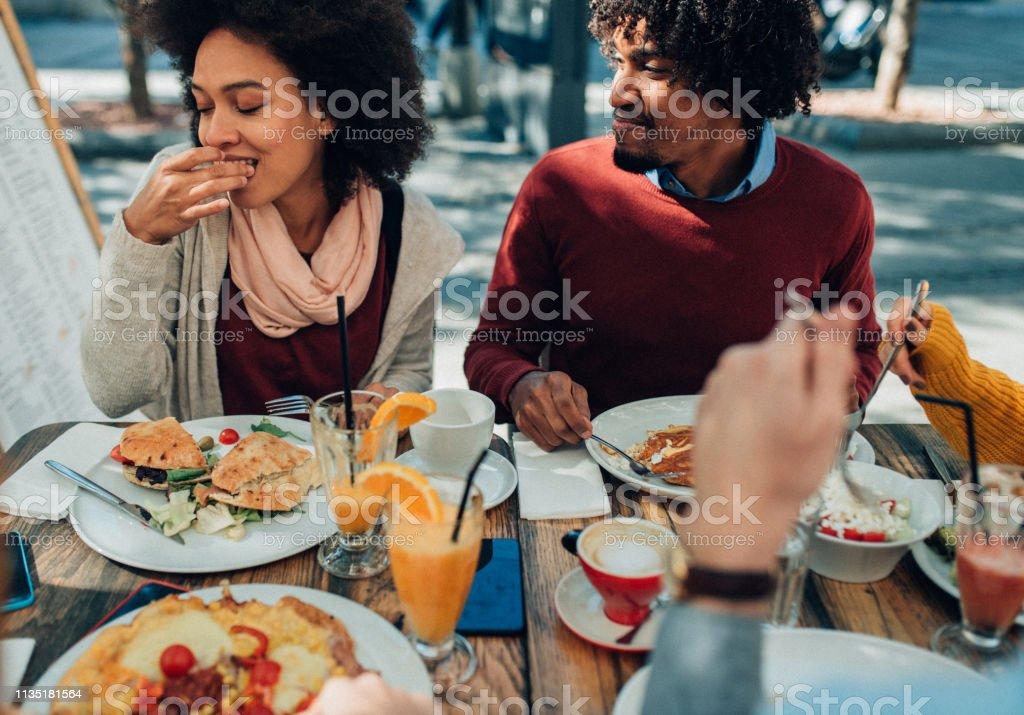 Disfrutando de la comida al aire libre - Foto de stock de 20 a 29 años libre de derechos