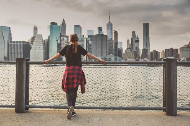menikmati pemandangan new york - traveler new york potret stok, foto, & gambar bebas royalti