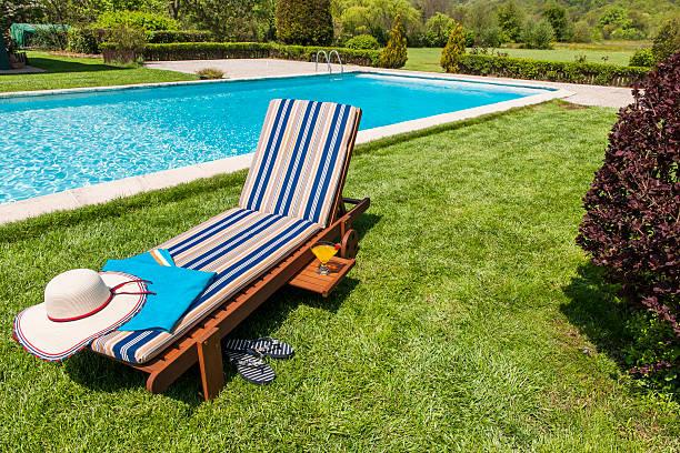 genießen sie den pool - sun chair stock-fotos und bilder