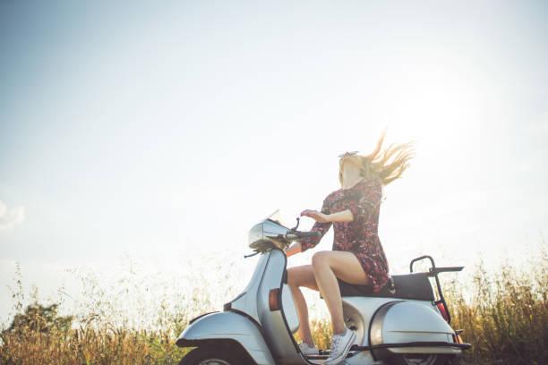 profitant de l'été sur moto - moped photos et images de collection