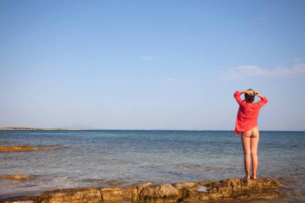 genießen sie die sonne am strand - fkk strand stock-fotos und bilder