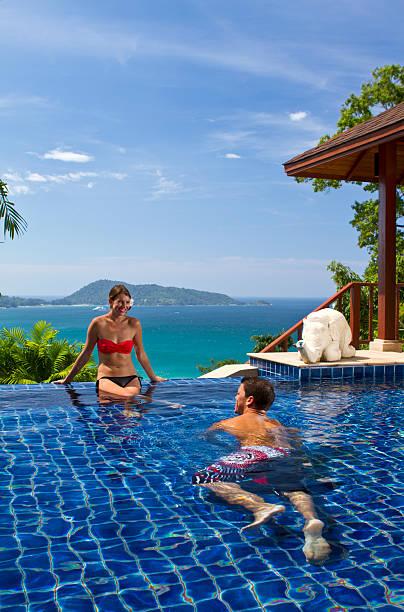genießen sie den swimmingpool, eine tropische villa - ferienhaus thailand stock-fotos und bilder