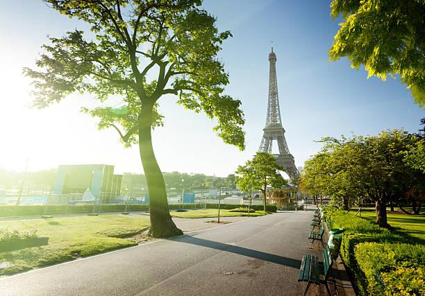Sonnigen Morgen und Eiffelturm, Paris, Frankreich – Foto