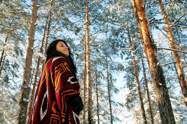 genießen sie den winter. - kleidung amerikanischer ureinwohner stock-fotos und bilder