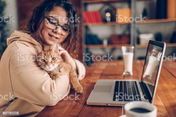 Enjoying working with my cat at home picture id937791218?b=1&k=6&m=937791218&s=612x612&h=rdji4arfb9x2 eomqzntipj1ekehtdc ix97etjbog0=