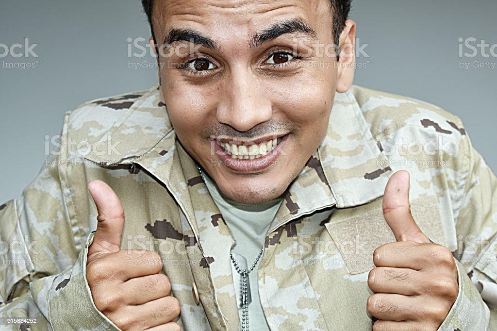Alistó a soldado con los pulgares para arriba - foto de stock