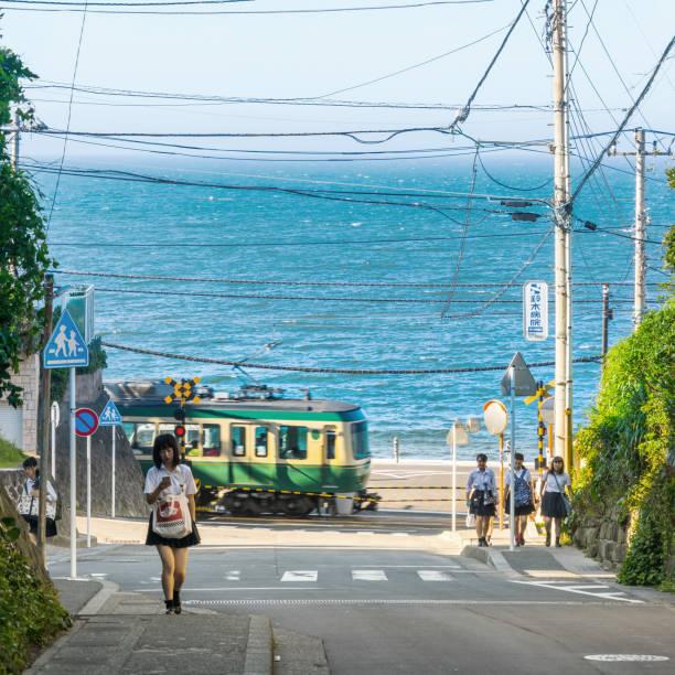 Enoshima electric Railway und High School Mädchen – Foto