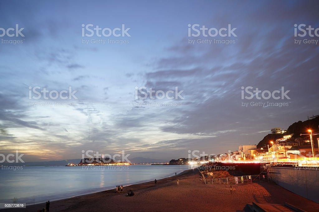 Enoshima en la noche y Shichirigahama - foto de stock