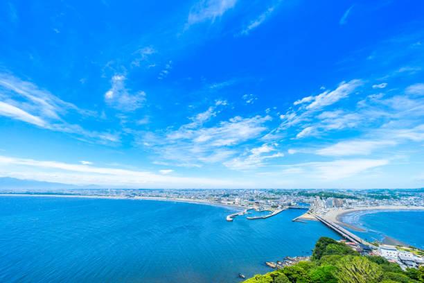 enoshima island and urban skyline aerial view in kamakura, japan - prefektura kanagawa zdjęcia i obrazy z banku zdjęć