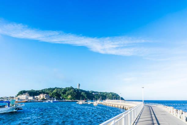 에노시마 • 가마쿠라, 일본에 극적인 푸른 하늘 아래 섬. - 가나가와 뉴스 사진 이미지