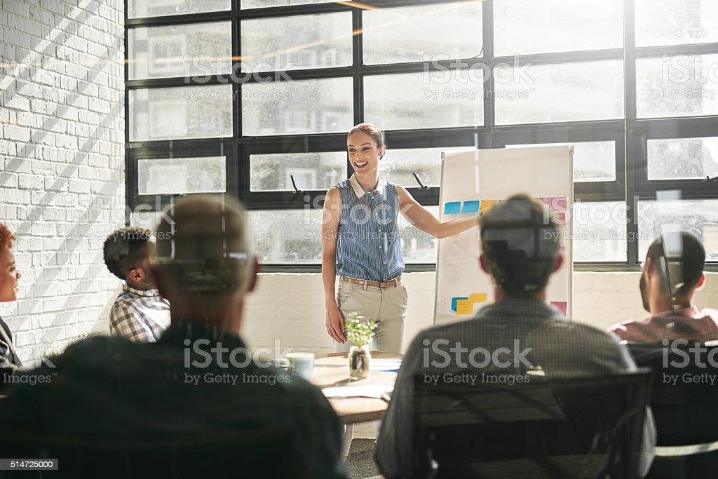 Asegurarse de que todos comprenden sus metas de negocio - foto de stock